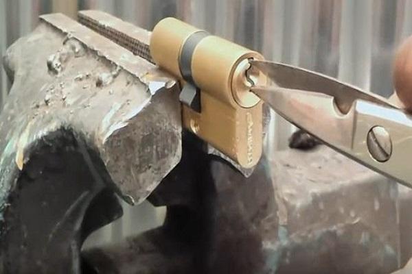 Lấy chìa khóa gãy bằng kéo