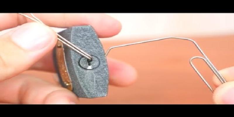 Mở khóa đơn giản chỉ với 1 cây thép nhỏ